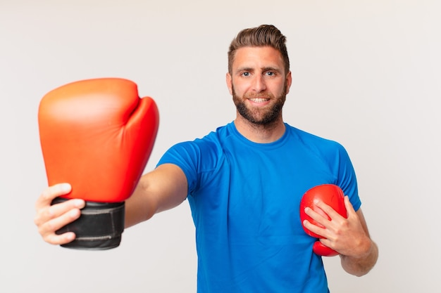 Молодой фитнес-человек с боксерскими перчатками