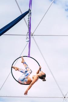 Молодой фитнес идеальное тело люди девушка спортсменка делают воздушные упражнения с кругом
