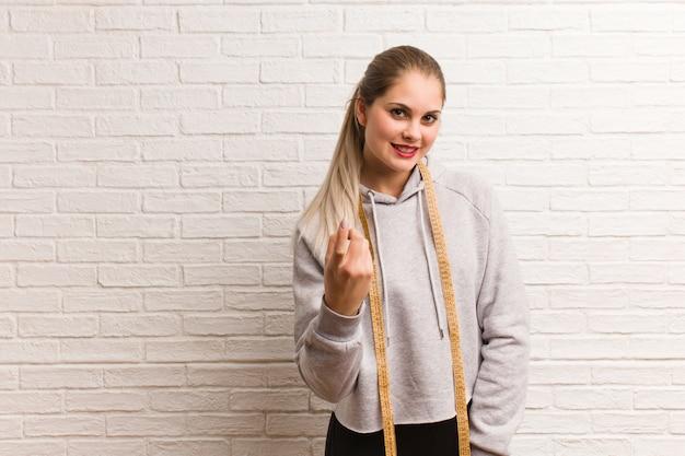측정 테이프를 들고 젊은 피트 니스 러시아 여자