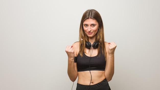 Молодая фитнес-русская женщина удивлена и шокирована