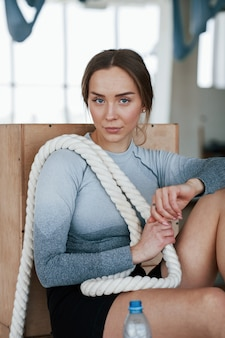 Молодой тренер по фитнесу. спортивная женщина в тренажерном зале в утреннее время