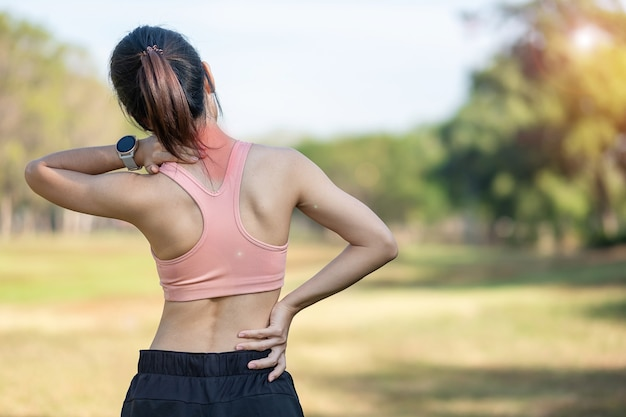 그녀의 스포츠 부상 목, 근육 훈련 중 고통스러운 들고 젊은 피트 니스 여자. 여름에 밖에 운동 후 신체 문제가 아시아 주자 여성