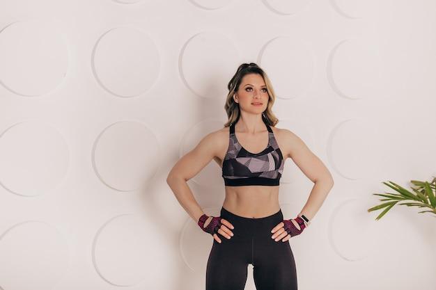 Молодая женщина фитнеса смотрит прямо перед копией пространства