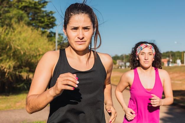マラソンのための若いフィットネス女性のトレーニング