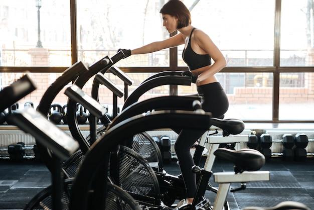 Молодая женщина фитнес