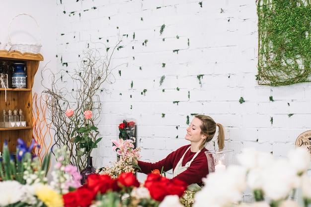 Юный флорист, любующийся букетом