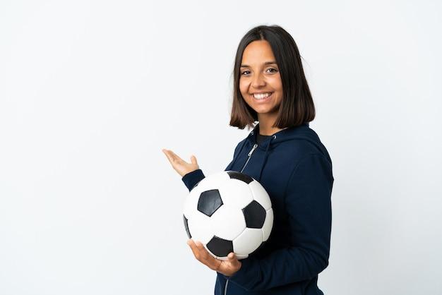 Женщина молодой футболист, изолированные на белом фоне, протягивая руки в сторону для приглашения приехать