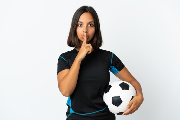 口に指を入れて沈黙ジェスチャーの兆候を示す白い背景で隔離の若いサッカー選手の女性