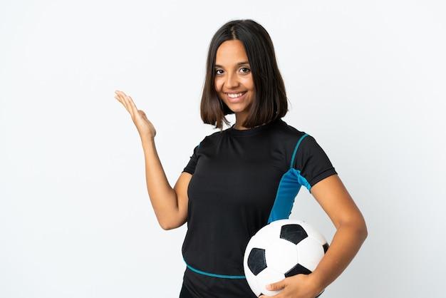 Женщина молодого футболиста изолирована на белом, протягивая руки в сторону для приглашения приехать
