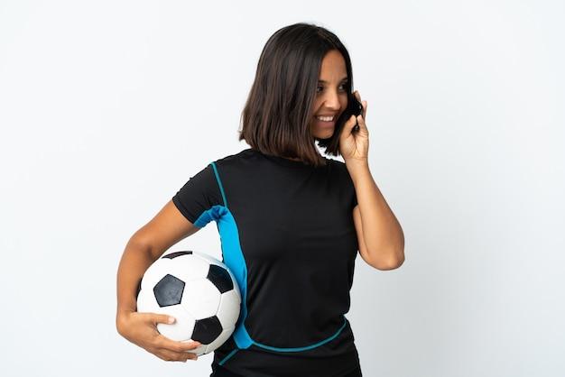 Женщина молодой футболист, изолированные на белом, разговаривает по мобильному телефону с кем-то