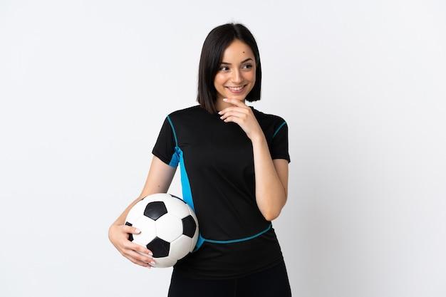 웃는 동안 올려 흰색에 고립 된 젊은 축구 선수 여자