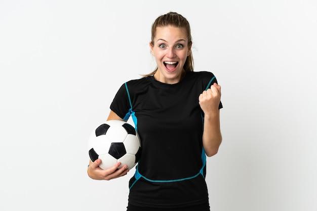 Женщина молодого футболиста изолирована на белой стене празднует победу в позиции победителя