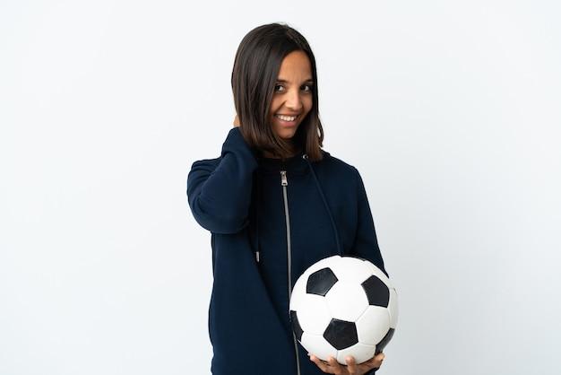 Молодая женщина футболиста изолирована на белой стене смеясь