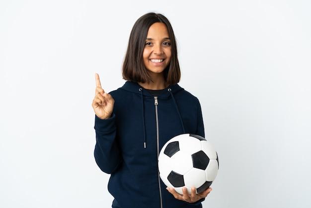 最高のサインで指を見せて持ち上げる白の若いサッカー選手の女性
