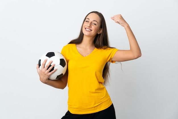 승리를 축 하하는 격리 된 흰색 배경 위에 젊은 축구 선수 여자