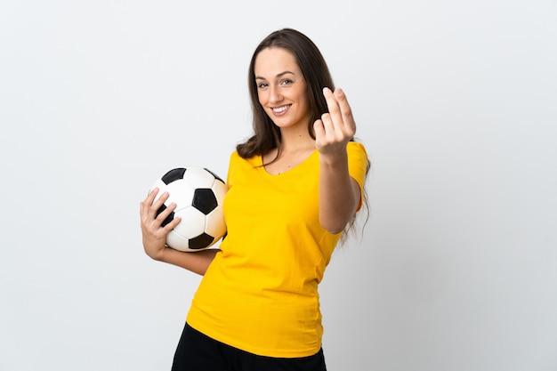 Женщина молодой футболист на изолированном белом фоне, делая денежный жест