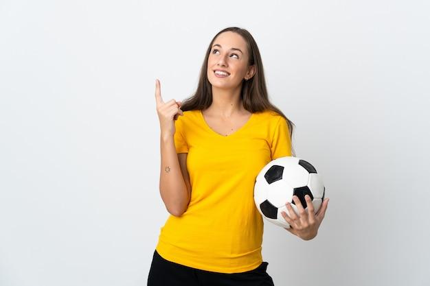Женщина молодой футболист на изолированном белом фоне, указывая вверх отличная идея