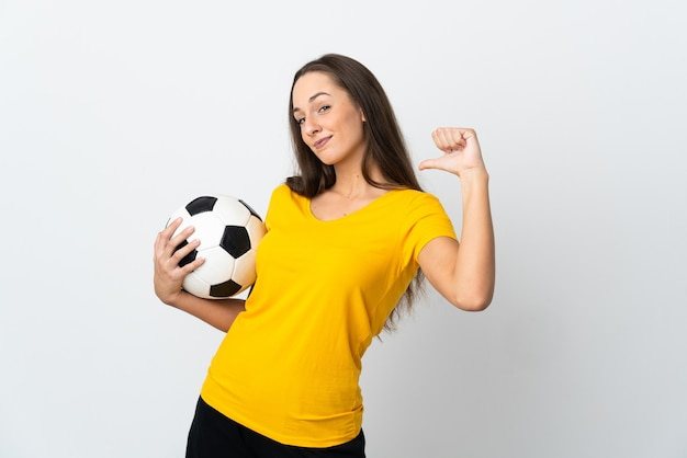 Женщина молодой футболист на изолированном белом фоне гордая и самодовольная