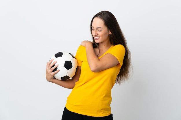 Молодой футболист женщина над изолированным белым страдает от боли в плече за то, что приложила усилие