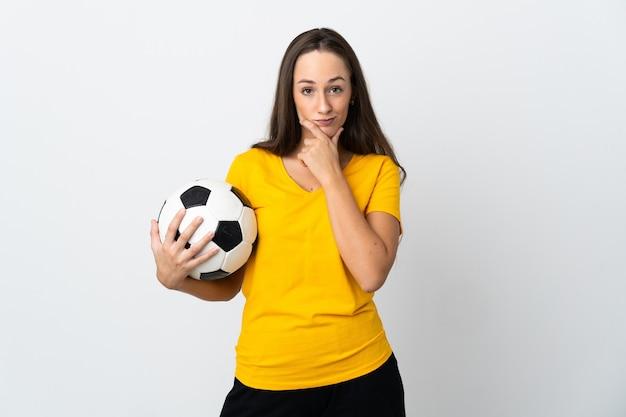 Женщина молодой футболист над изолированным белым мышлением