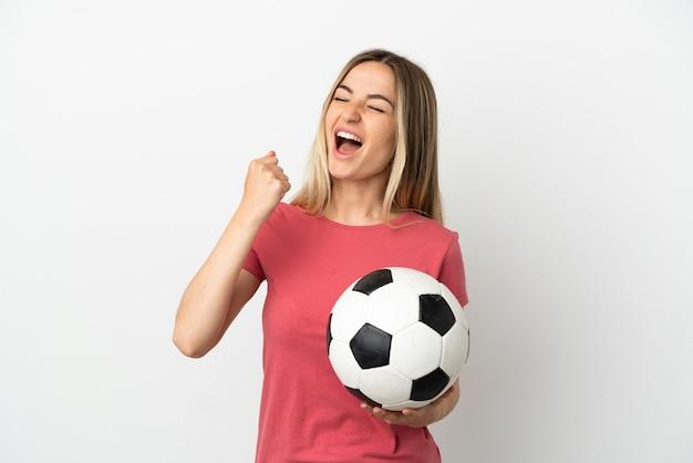 Женщина молодой футболист над изолированной белой стеной празднует победу