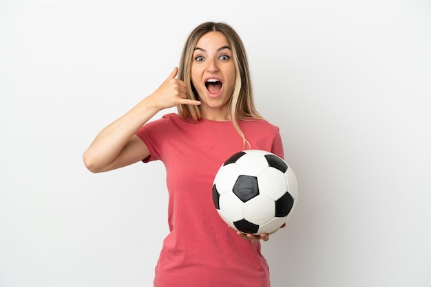 電話ジェスチャーを作る孤立した白い壁の上の若いサッカー選手の女性。コールバックサイン