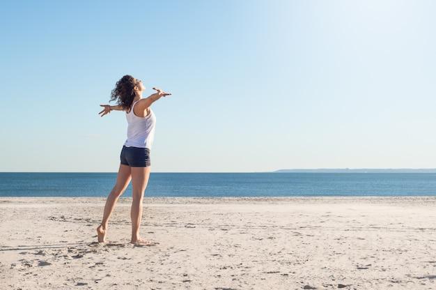 ビーチで若い自由女性