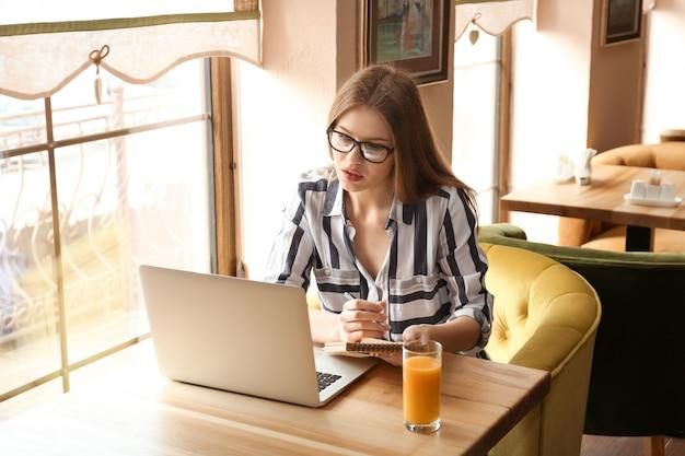 카페에서 일하는 노트북으로 젊은 프리랜서