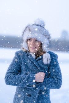 冬の氷の湖の若い凍てつく女性
