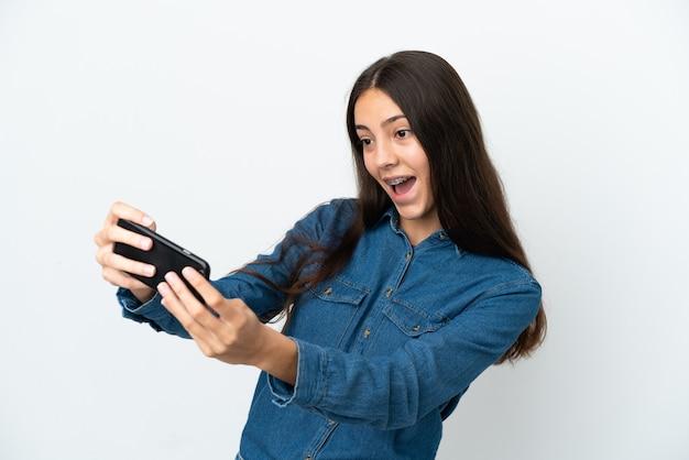 Молодая французская девушка, изолированные на белом фоне, играет с мобильным телефоном