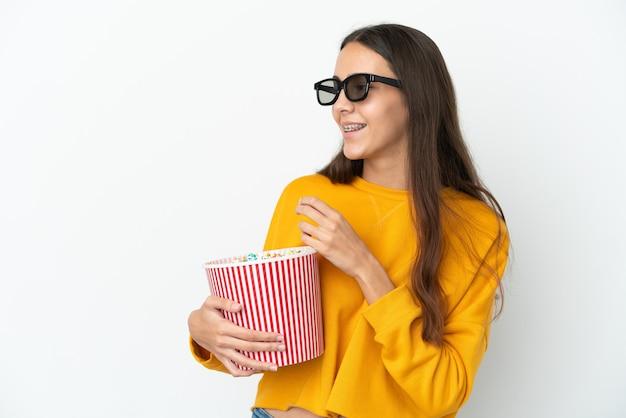 3dメガネとポップコーンの大きなバケツを保持している白い背景で隔離の若いフランスの女の子