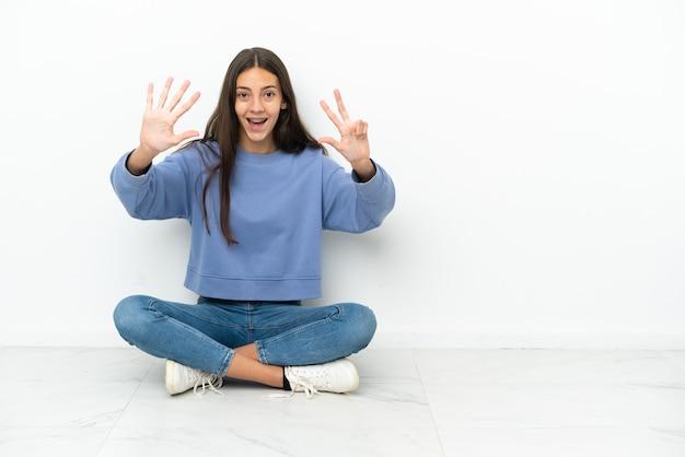 손가락으로 8 세 바닥에 앉아 젊은 프랑스 소녀