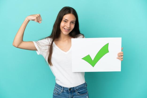 緑のチェック マーク アイコンのテキストが付いたプラカードを持ち、強いジェスチャーをする若いフランス人女性