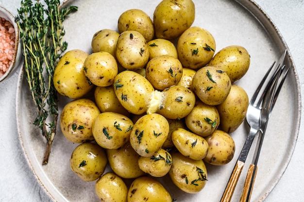 タイムと若い新鮮な自家製茹でたジャガイモ