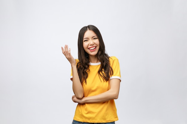 にこやかな顔を持つ若いフレンドリーなアジアの女性