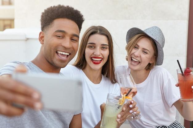 Giovani amichevoli che si divertono insieme