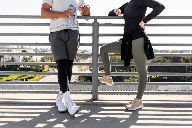 Giovani amici in pausa dal jogging si chiudono