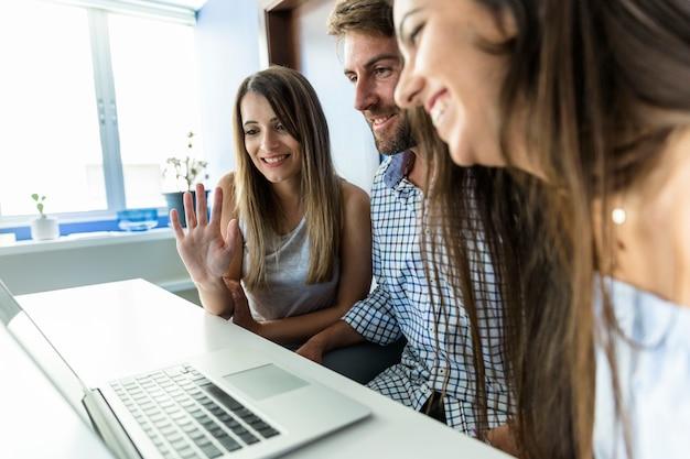 Молодые друзья наслаждаются новыми технологиями