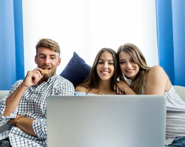 Молодые друзья, имеющие видеоконференцию