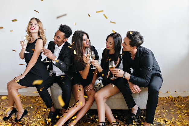 パーティーで楽しんでシャンパンを飲む若い友達