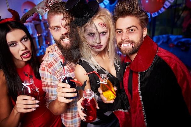 ハロウィーンパーティーで楽しんでいる若い友達