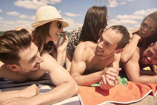 Юные друзья веселятся на озере