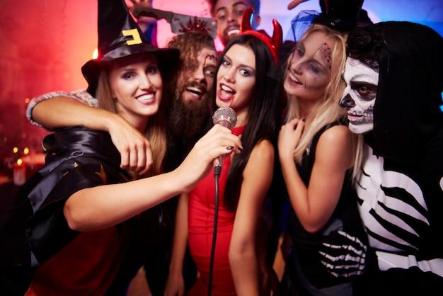 Giovani amici divertendosi alla festa di halloween