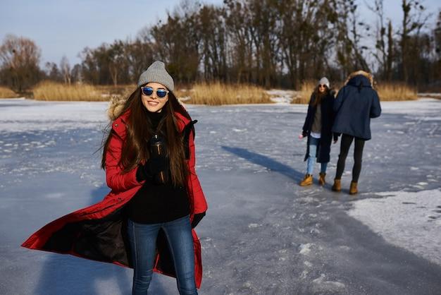 冬の屋外で楽しんでいる若い友人。冬の新しいトレンドとの友情と楽しみの概念