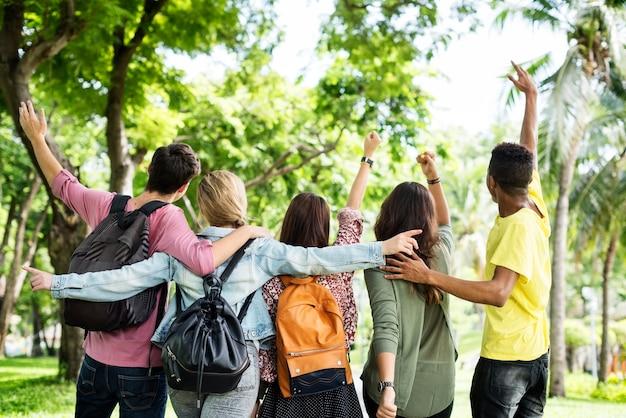 Молодые друзья в парке