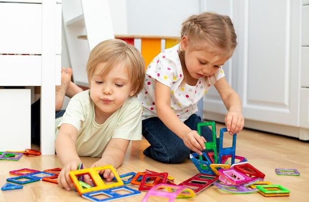 Giovani amici che giocano insieme
