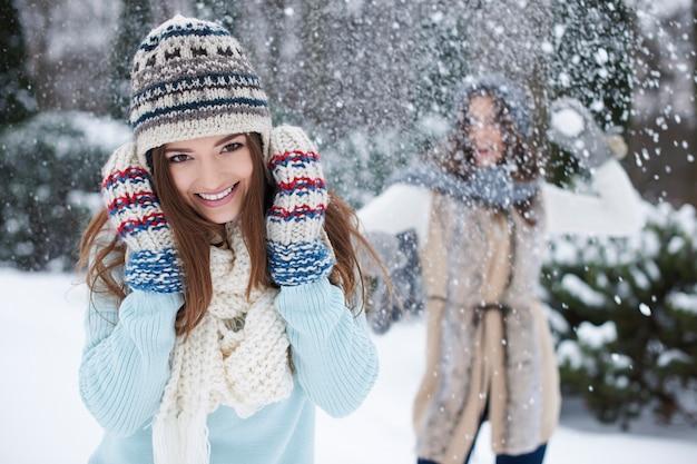 雪で遊ぶ若い友達