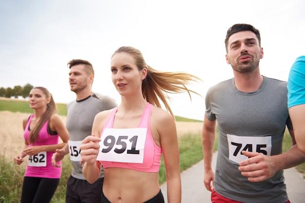 Молодые друзья бегут во время марафона