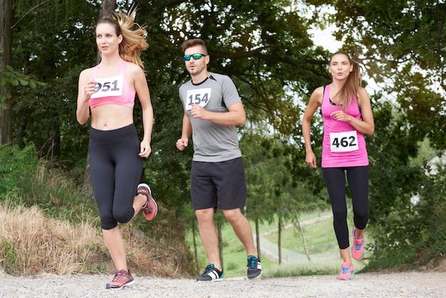 マラソン中に走っている若い友達