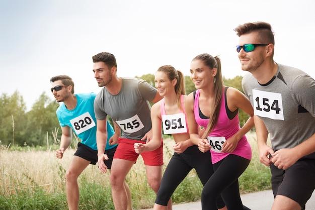 Giovani amici che corrono durante una maratona